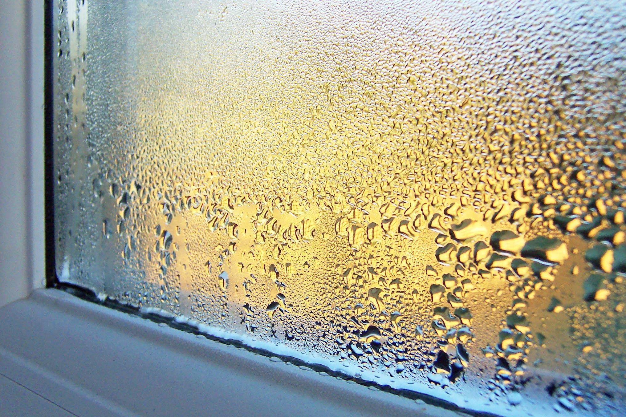 Gouttes d'eau signe de condensation sur la fenetre.
