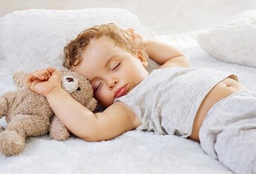 Enfant qui dort sereinement