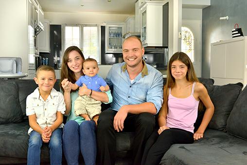 Famille heureuse sur un canapé