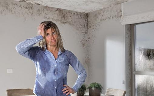 Femme étonnée dans une maison humide
