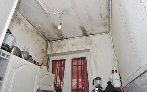 Maison dégradée par l'humidité