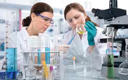 Deux femme dans un laboratoire